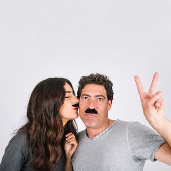 Filha, com, bigodes, beijando, pai, gesticule, paz