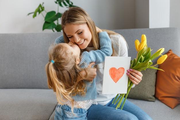 Filha com buquê de flores, cartão postal parabeniza mãe