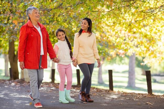 Filha com mãe e avó andando no parque
