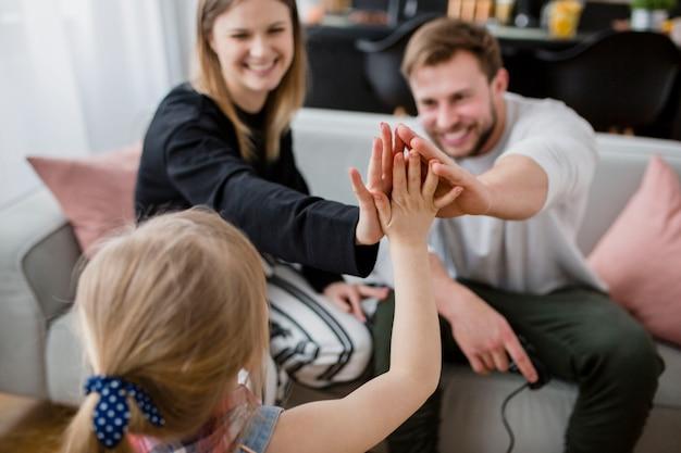Filha cumprimentando com os pais