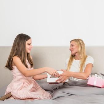 Filha, dar, bandeja, com, café manhã, para, mãe