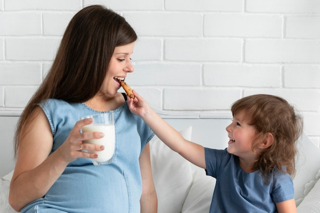 Filha, dar, dela, mãe, um, biscoito comer