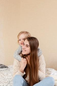 Filha de cópia-espaço, abraçando a mãe