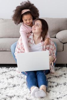 Filha de vista frontal feliz por estar com a mãe em casa