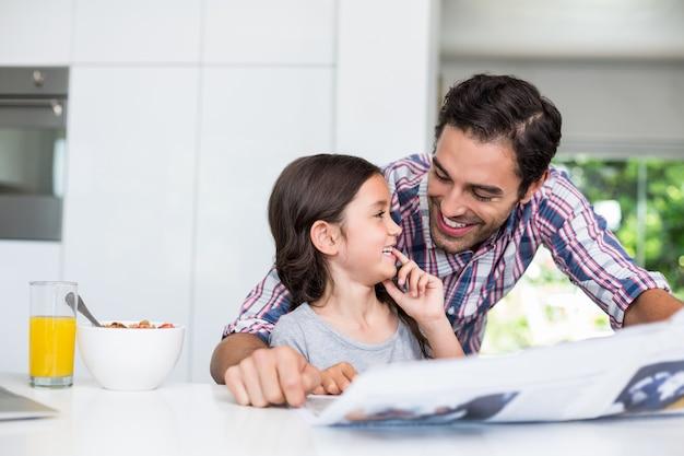 Filha desfrutando com o pai em casa