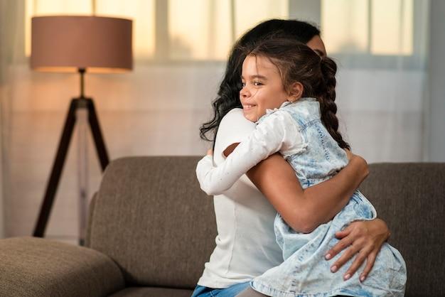 Filha e mãe abraçando