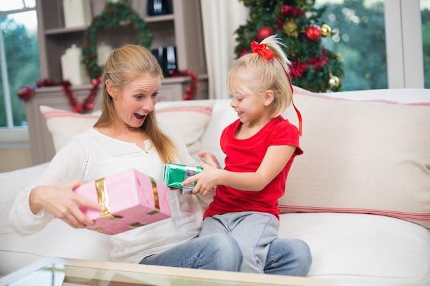 Filha e mãe bonitas que comemoram o natal