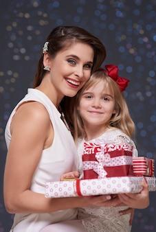 Filha e mãe com uma pilha de presentes