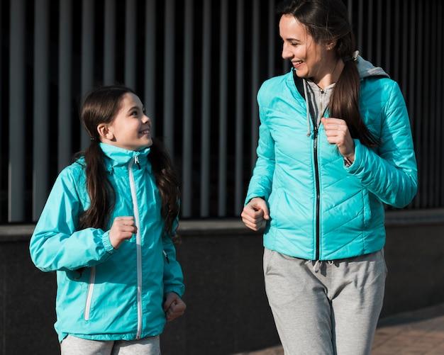 Filha e mãe correndo juntos