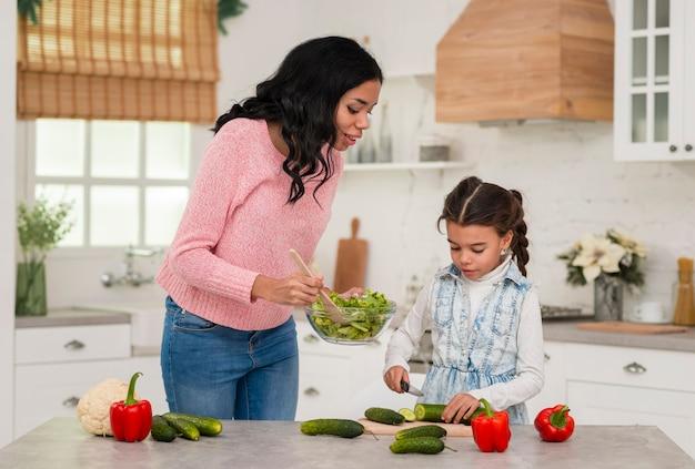 Filha e mãe cozinhando juntos