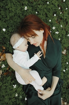 Filha e mãe feliz mentem na grama