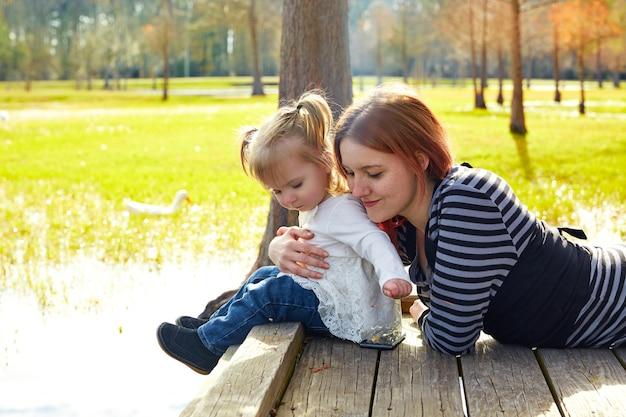 Filha e mãe jogando juntos no parque