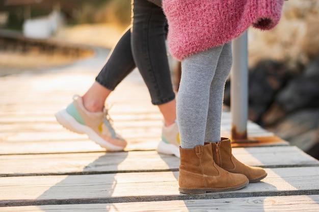 Filha e mãe pés em sapatos