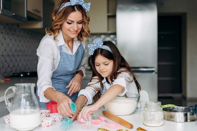 Filha e mãe são mexer a massa. conceito familiar