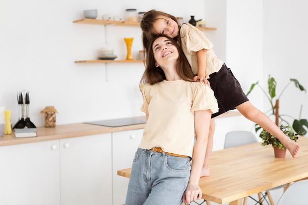 Filha e mãe tendo um momento fofo