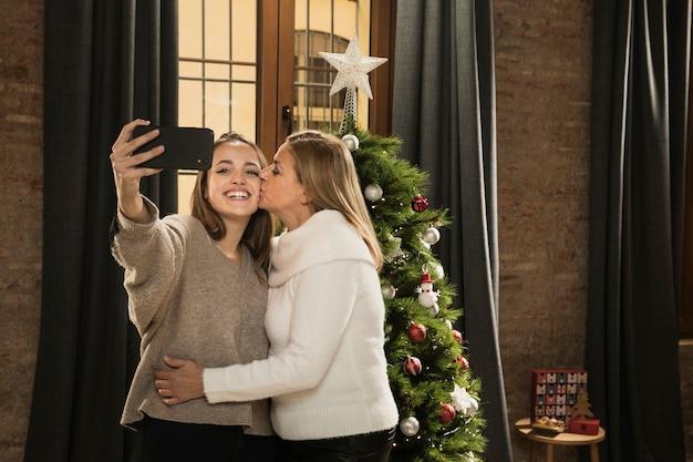 Filha e mãe tirando uma foto juntos