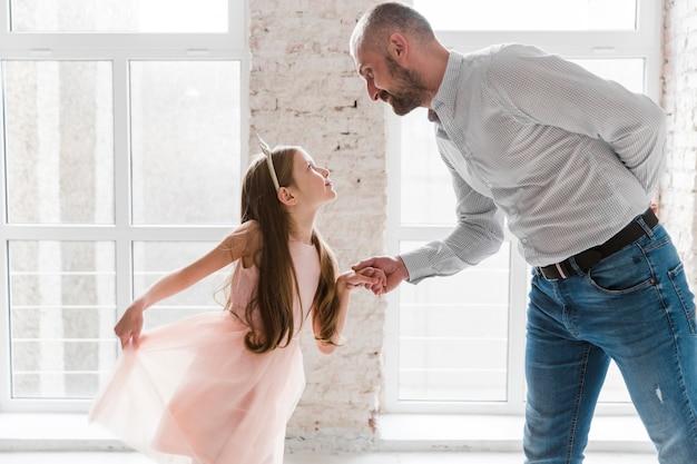Filha e pai dançando no dia dos pais