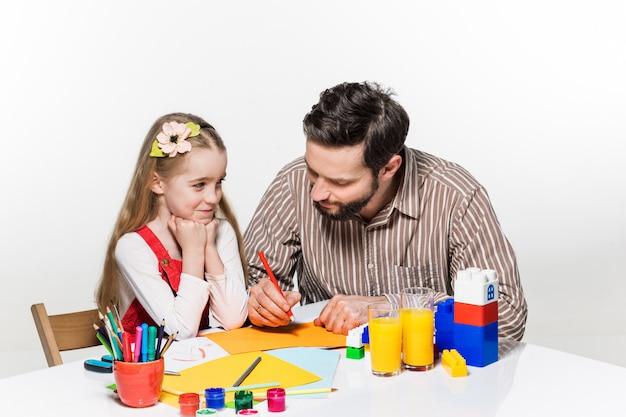 Filha e pai desenhando juntos