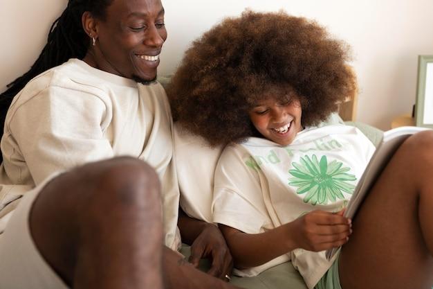 Filha e pai lendo um livro juntos