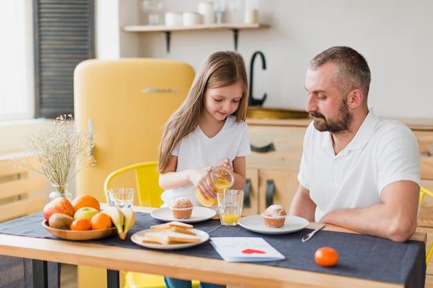 Filha e pai no café da manhã no dia dos pais