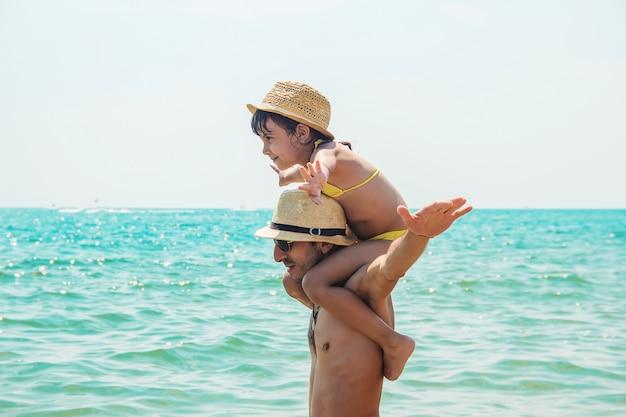 Filha e pai no mar.