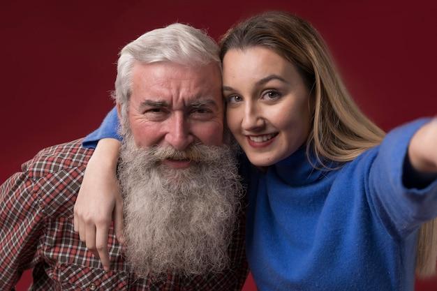 Filha e pai posando
