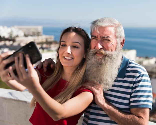Filha e pai tomando uma selfie
