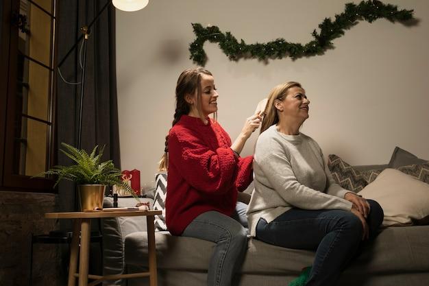 Filha, escovar os cabelos da mãe