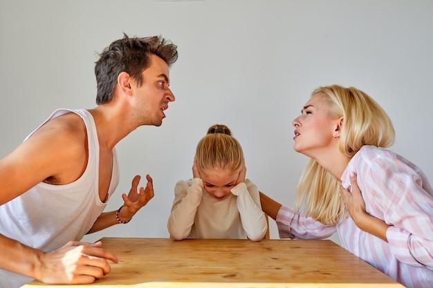 Filha está cansada de conflitos familiares, divórcio e conceito de filhos