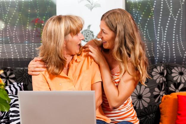 Filha, explicando a internet para a mãe dela
