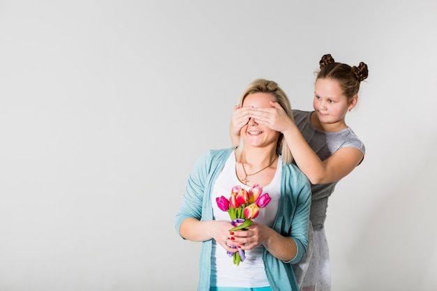Filha, fechando, mãe, olhos