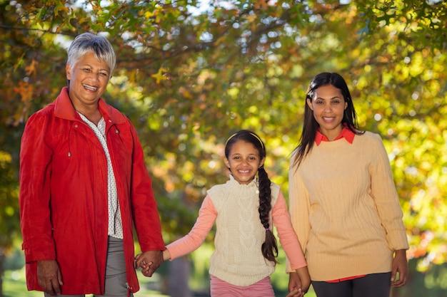 Filha feliz com mãe e avó no parque