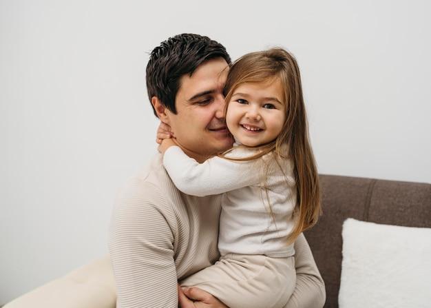 Filha feliz e pai juntos em casa