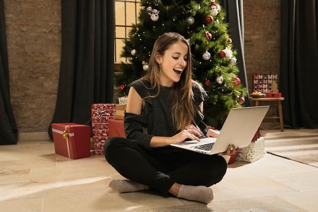 Filha feliz orgulhosa de seu laptop