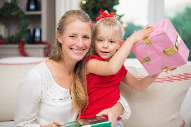 Filha fofa e mãe comemorando o natal