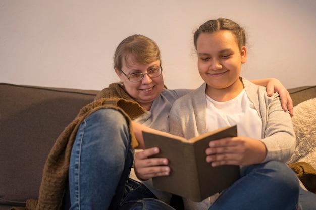 Filha lendo para mamãe