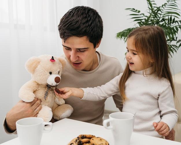 Filha passando um tempo com o pai em casa
