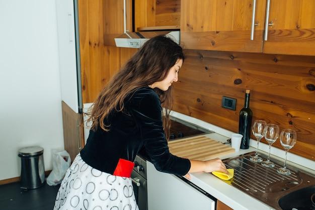 Filha polir a cozinha