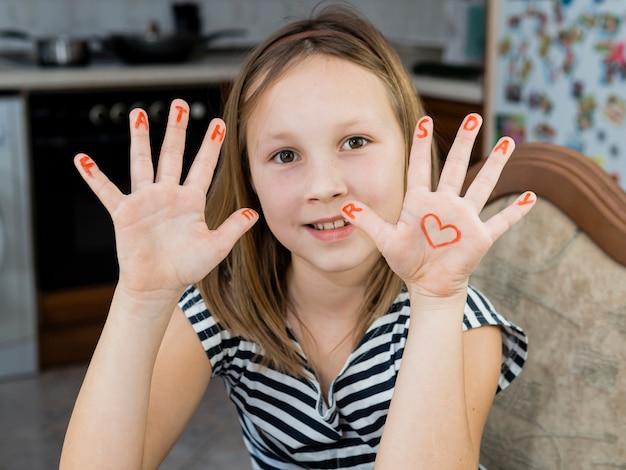 Filha que desenha o coração do dia dos pais