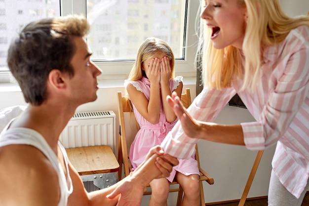 Filha que sofre de briga de pais, violência doméstica e conceito de conflito familiar