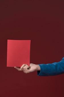 Filha segurando um cartão de dia dos pais