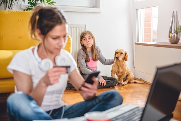 Filha solitária e triste, sentado com cachorro