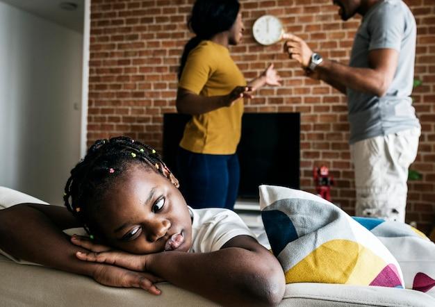 Filha triste enquanto seu pai e mãe estão lutando