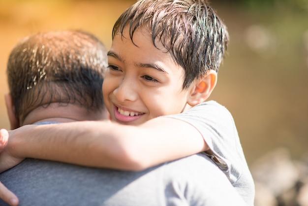 Filho abraça pai com amor