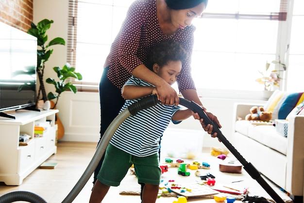 Filho ajudando seu amigo limpar o quarto