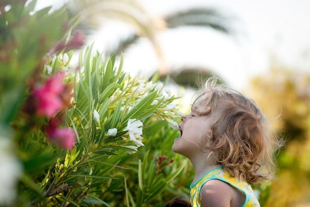 Filho bonito com flores