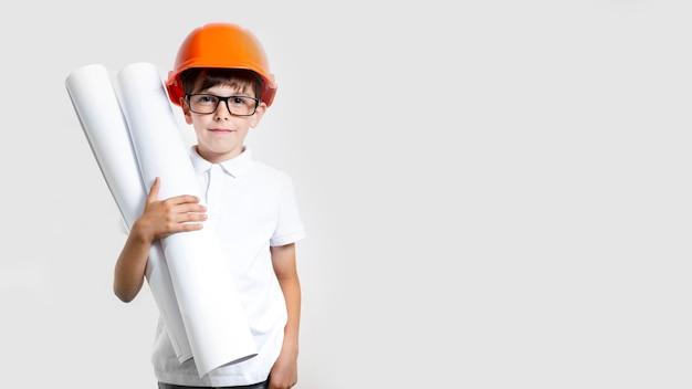 Filho bonito vista frontal com capacete de segurança
