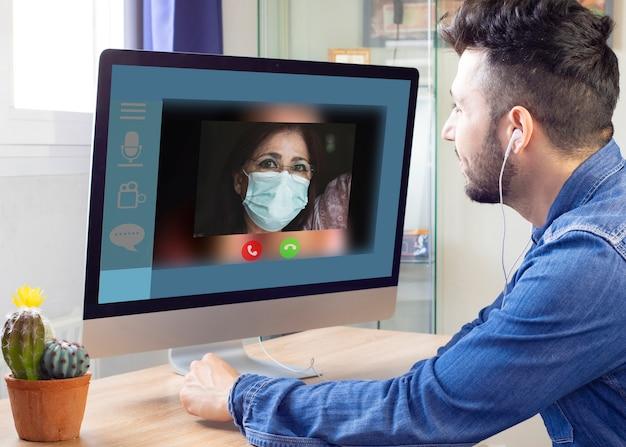 Filho conversando com sua mãe sobre uma vídeo chamada, distanciamento social, doente covid-19 em casa, conversando com a família