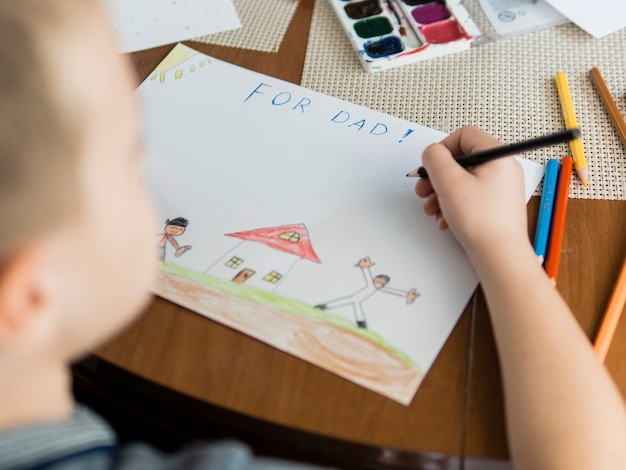 Filho de alta visão e desenhos para o pai