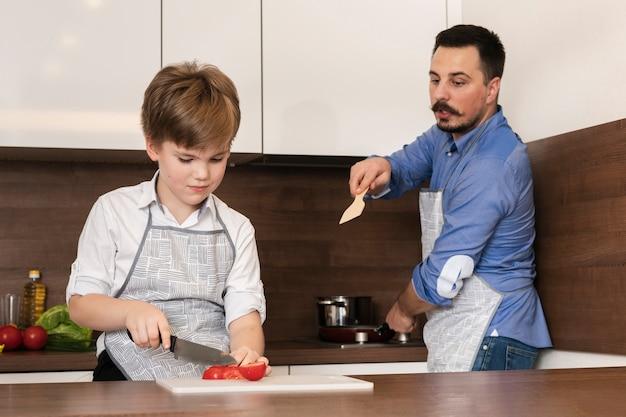 Filho de baixo ângulo e pai cozinhar